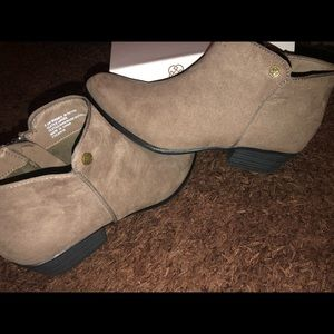 Daisy Fuentes Taupe ankle boots, sz-7.5 W